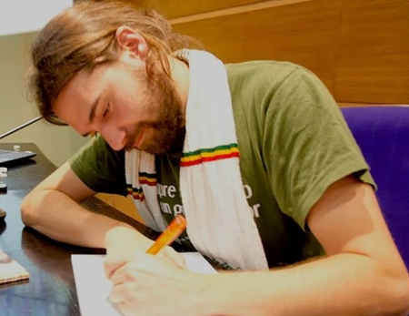 Iñaki firmando sus libros
