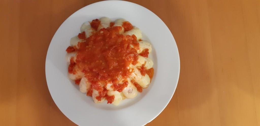 La imagen tiene un atributo ALT vacío; su nombre de archivo es pastis-patates-tonyina-ous-durs-salsa-tomaquet.jpg
